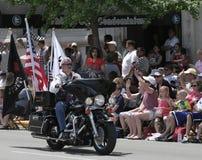 Membre de cavaliers de légion américaine montant sa moto avec des drapeaux au défilé d'Indy 500 Photographie stock libre de droits