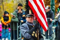 Membre de fanfare avec le drapeau des USA dans le défilé de Philly Photos stock