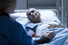 Membre de la famille et femme malade photo libre de droits