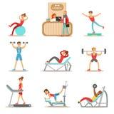 Membre de personnes de la classe de forme physique établissant, s'exerçant avec et sans l'équipement, s'exerçant dans les vêtemen Photographie stock libre de droits