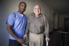 Membre du personnel soignant avec l'homme plus âgé Image libre de droits