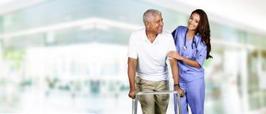 Membre du personnel soignant et homme plus âgé Photographie stock libre de droits