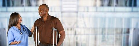 Membre du personnel soignant et patient plus âgé Images libres de droits