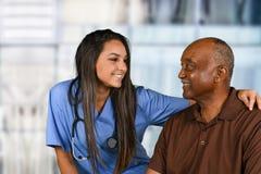 Membre du personnel soignant et patient plus âgé Photos libres de droits