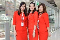 Membres d'équipage d'Air Asia dans l'aéroport de Bangkok Photos stock