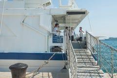 Membres d'équipage sur le repos de paquet. Images stock