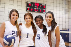 Membres d'équipe féminine de volleyball de lycée photographie stock