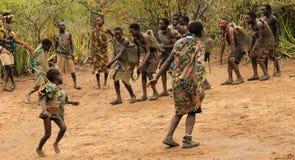 Membres d'une tribu de Hadzabe dansant la cérémonie Images stock