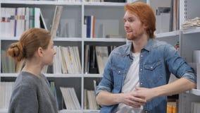 Membres de l'équipe heureux parlant pendant la coupure au travail, discutant photos stock