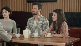 Membres de l'équipe indépendants détendant ensemble en café Photos stock