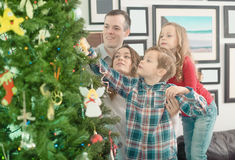 Membres de la famille amicaux présent des cadeaux sur Noël images libres de droits