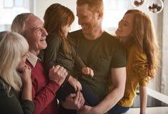 Membres de la famille collant entre eux et souriant Photo libre de droits