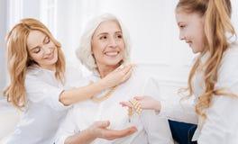 Membres de la famille féminins positifs à l'aide des accessoires Photo stock