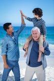 Membres de la famille masculins jouant à la plage images libres de droits