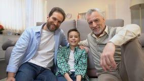 Membres de la famille masculins de Multiage regardant ? la cam?ra, statistiques de d?mographie de famille banque de vidéos