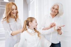Membres de la famille positifs utilisant des accessoires Photo stock