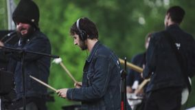 Membres du groupe de mouvement de cité-jardin jouant la musique sur la scène du festival d'air ouvert clips vidéos