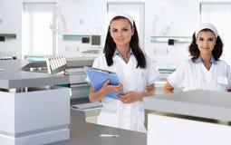 Membres du personnel soignant à la réception d'hôpital Image stock