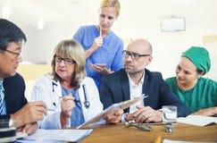 Membres du personnel soignant ayant une réunion images libres de droits