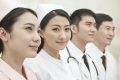 Membres du personnel soignant se tenant dans une rangée, Chine Images stock