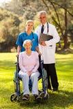 Membres du personnel soignant supérieurs photo libre de droits