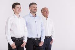Membres fiers de la famille sur plusieurs générations Images libres de droits