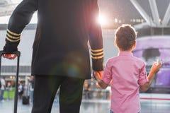 Membres masculins de famille se tenant sur le terminal Images libres de droits