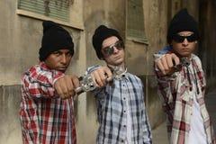 Membri del gruppo con le pistole sulla via Fotografia Stock Libera da Diritti