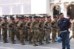 Membri della guardia della fanteria del mare dell'Italia a Venezia Immagine Stock