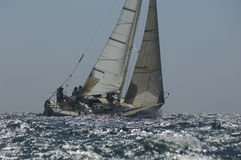 Membri della squadra sulla barca a vela immagini stock
