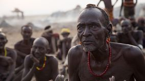 Membri di tribù africani tradizionali fotografie stock
