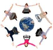 Membri sociali felici della rete intorno al globo fotografia stock