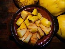 Membrillo fresco cortado del ‹del †del ‹del †y membrillo grande de la fruta tres Fotografía de archivo libre de regalías