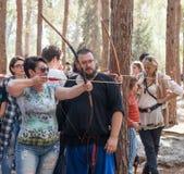 Membro da reconstrução anual da vida dos Viquingues - o ` de Viking Village do ` ensina a visitante como disparar em setas nas fr Fotos de Stock