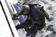 Membro das forças especiais que escala em um navio movente foto de stock royalty free