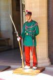 Membro della guardia in uniformi variopinte su una posta vicino al Palazzo Pubbli Fotografia Stock