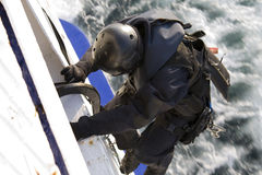 Membro delle forze speciali che si arrampica in una nave commovente Fotografia Stock Libera da Diritti