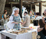 Membro do festival anual dos cavaleiros do Jerusalém, falando aos clientes Imagem de Stock