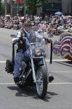 Membro dos cavaleiros da legião americana com o Mohawk que monta seu Harley Davidson na parada de Indy 500 Fotos de Stock Royalty Free
