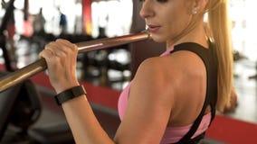 Membro fêmea do gym que faz o exercício suspenso, ativo dianteiro após a disciplina do dia útil foto de stock
