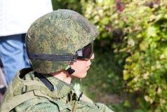 Membro non identificato del club militare in uniforme dell'esercito del cammuffamento immagine stock libera da diritti