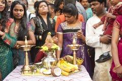 Membros da comunidade hindu local imagens de stock
