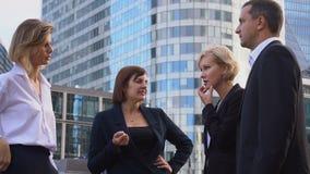 Membros da equipa financeiros que falam com vaias na defesa Paris do La video estoque