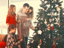 Membros da família encantadores que preparam-se para o Natal fotos de stock royalty free