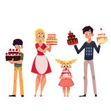 Membros da família, pai, mãe, filho e filha guardando o bolo de aniversário Imagens de Stock Royalty Free
