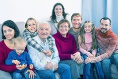 Membros da família que fazem a foto de família fotografia de stock