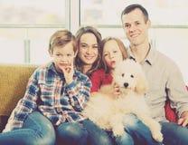 Membros da família que passam o tempo da qualidade junto fotos de stock