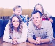 Membros da família que passam o tempo da qualidade junto foto de stock