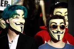 Membros da reunião anónima da preensão imagem de stock