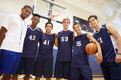 Membros do basquetebol masculino Team With Coach da High School imagens de stock royalty free